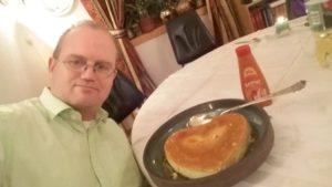 2. februar ble jeg 45 år, og jeg brukte dagen til å skrive denne artikkelen og spise en fantastisk hjemmelaget karamellpudding og hjemmelaget karamellsaus fra min mor. Se bildene fra bursdagen min på Facebook.